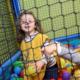 beneficios-ninos-jugando-piscina-de-bolas
