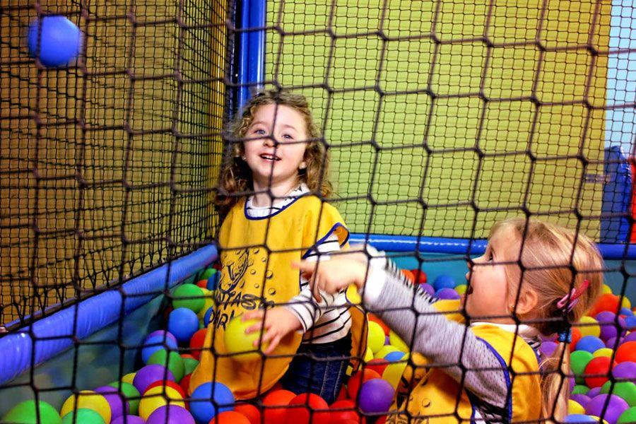piscina-de-bolas-infantil-jugando